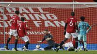 Penjaga gawang Manchester United, Dean Henderson (tengah) gagal menghalau tendangan  Mohamed Salah pada laga babak keempat FA Cup 2020-21 di Old Trafford, Senin (25/01/2021). (Foto: AP/Pool/Phil Noble)