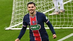 Striker Paris Saint-Germain, Mauro Icardi melakukan selebrasi usai mencetak gol pertama timnya ke gawang AS Monaco dalam laga final Coupe de France 2020/2021 di Stade de France, Paris, Rabu (19/5/2021). PSG menang 2-0 dan menjadi juara. (AFP/Anne-Christine Poujoulat)