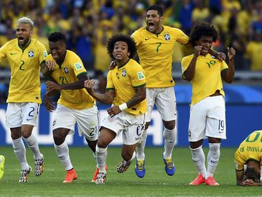 Pemain Timnas Brasil merayakan kemenangan atas Chile lewat adu penalti 1-1 (3-2) di Stadion Mineirao, Belo Horizonte, (28/6/2014). (REUTERS/Dylan Martinez)