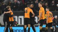 Para pemain Wolverhampton Wanderers dan sang manajer, Nuno Espirito Sant, gembira setelah menaklukkan Manchester City, di Stadion Molineux, tadi malam. Wolves unggul 3-2.  (AFP / Paul Ellis)