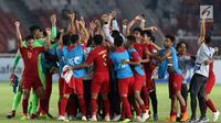 Pemain Timnas Indonesia U-19 merayakan kemenangan atas Uni Emirat Arab U-19 pada penyisihan Grup A Piala AFC U-19 2018 di Stadion GBK, Jakarta, Rabu (24/10). Indonesia unggul 1-0 dan melaju ke perempat final. (Liputan6.com/Helmi Fithriansyah)