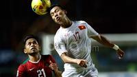 Pemain Indonesia, Andik Vermansah (kiri), berebut bola dengan pemain Vietnam, Vu Van Thanh, dalam laga leg pertama semifinal Piala AFF 2016 di Stadion Pakansari, Bogor, Sabtu (3/12/2016). (Bola.com/Peksi Cahyo)