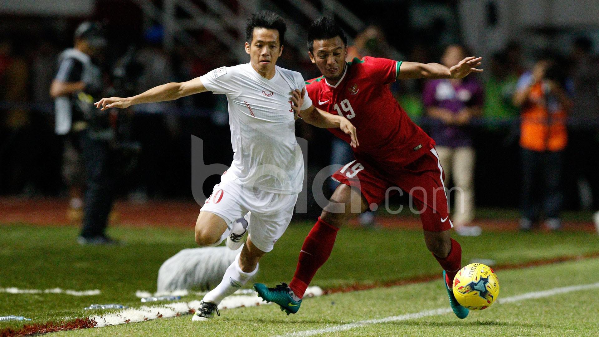 Pemain Indonesia, Bayu Pradana, berebut bola dengan pemain Vietnam, Nguyen Van Quyet (kiri), dalam laga leg pertama semifinal Piala AFF 2016 di Stadion Pakansari, Bogor, Sabtu (3/12/2016). (Bola.com/Peksi Cahyo)