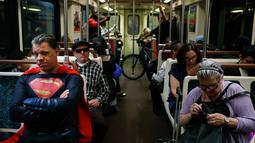 Peniru superhero, Justin Harrison mengenakan kostum Superman sambil menaiki kereta metro menuju Hollywood Boulevard, Los Angeles, 16 Mei 2017. Mereka adalah seniman yang tetap konsisten mengabadikan seluruh hidupnya untuk mencari nafkah. (AP/Jae C. Hong)