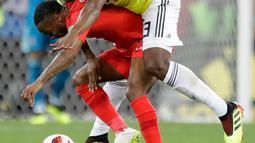 Pemain timnas Inggris, Raheem Sterling berebut bola dengan bek Kolombia, Yerry Mina pada babak 16 besar Piala Dunia 2018 di Stadion Spartak, Selasa (3/7). Sterling menjadi bahan pembicaraan setelah tertangkap kamera menggendong Mina (AP/Matthias Schrader)