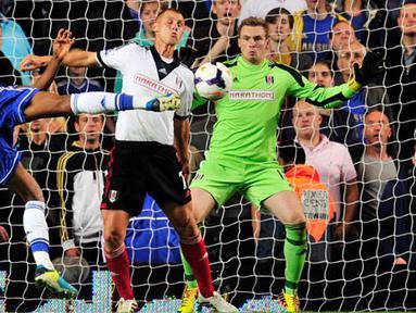 Tendangan keras John Mikel Obi mencetak gol ke-2 bagi Chelsea pada pertandingan sepak bola Liga Utama Inggris antara Chelsea vs Fulham di Stamford Bridge, London (21/09/13). (AFP/Glyn Kirk)