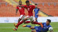 Bek Timnas Indonesia U-22, Osvaldo Ardiles Haay saat membawa bola dari kawalan pemain Thailand Rattanakorn Maikami saat bertanding di SEA Games 2017 di Shah Alam, Malaysia (15/8). (AP Photo / Vincent Thian)
