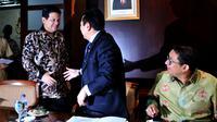 Ketua DPR RI, Setya Novanto (tengah) bersama wakilnya Fadli Zon (kanan) saat menyambut Ketua KPU, Husni Kamil Manik di Gedung Nusantara III Kompleks Parlemen, Senayan, Jakarta, Senin (4/5/2015). (Liputan6.com/Andrian M Tunay)