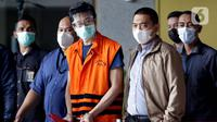 Tersangka dugaan suap, Samin Tan (tengah) jelang rilis penahanan di Gedung KPK, Jakarta, Selasa (6/4/2021). Samin Tan ditahan KPK terkait dugaan suap kepada mantan anggota DPR Eni Maulani Saragih untuk pengurusan terminasi kontrak PKP2B PT AKT di Kalimantan Tengah. (Liputan6.com/Helmi Fithriansyah)