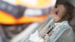Petugas penyelamat berusaha mengevakuasi Ayda Gezgin, 3, yang terjebak reruntuhan gedung apartemen setelah gempa bumi dahsyat di kota Izmir, Turki, Selasa (3/11/2020). Ayda Gazgin berhasil diselamatkan dari bawah reruntuhan bangunan setelah terkubur selama 4 hari atau sekitar 91 jam. (AFAD via AP)
