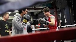 Aksi Perdana Menteri Kanada, Justin Trudeau bertarung melawan petinju profesional Yuri Foreman di Gleason Boxing Gym di Brooklyn borough New York, AS (21/4). (REUTERS/Carlo Allegri)