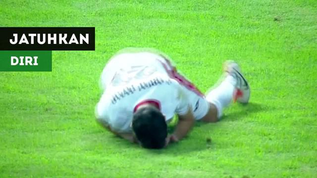 Berita video momen menarik di Piala AFC U-19 2018 saat pemain Yordania U-19 yang tampak lemas kemudian menjatuhkan diri karena tahu akan diganjar kartu merah saat menghadapi Korea Selatan, Senin (22/10/2018).