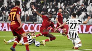 Penyerang AS Roma, Tammy Abraham berusaha menembak bola dari kawalan gelandang Juventus, Manuel Locatelli pada pertandingan Liga Serie A Italia di stadion Turin Allianz, Italia, Senin (18/10/2021). Kemenangan ini mengantar Juventus berada di peringkat tujuh klasemen. (Marco Alpozzi/LaPresse via AP)