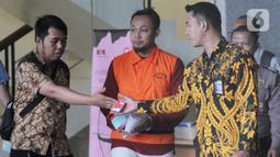 Direktur PT Navy Arsa Sejahtera, Mujib Mustofa (tengah) berjalan keluar usai menjalani pemeriksaan oleh penyidik di Gedung KPK, Jakarta, Jumat (22/11/2019). Mujib diperiksa sebagai tersangka dalam kasus suap kuota impor ikan tahun 2019. (merdeka.com/Dwi Narwoko)