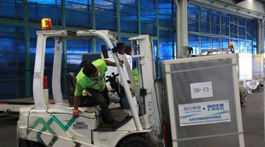 Vaksin Sinopharm sebanyak satu juta dosis tiba di Bandara Soekarno Hatta pada 11 Juni 2021. (Foto:  Kemkominfo)