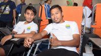 Toni Sucitpto (kanan) dan Taufiq saat menjalani donor darah (Liputan6.com/ Kukuh Saokani)