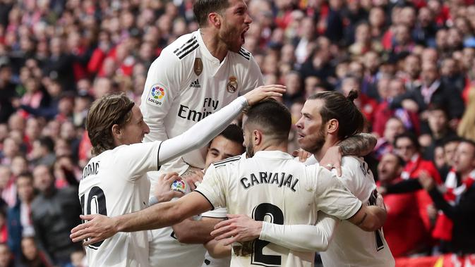 Para pemain Real Madrid merayakan gol Gareth Bale ke gawang Atletico Madrid pada pekan ke-23 Liga Spanyol di Estadio Wanda Metropolitan, Sabtu (9/2/2019). Real Madrid menang 3-1. (AP Photo/Manu Fernandez)#source%3Dgooglier%2Ecom#https%3A%2F%2Fgooglier%2Ecom%2Fpage%2F%2F10000