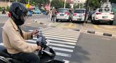 Kendaraan terparkir di sekitar trotoar kawasan Jatinegara, Jakarta, Selasa (14/7/2020). Tidak adanya sanksi tegas membuat trotoar yang telah diperlebar tersebut justru dimanfaatkan sebagai lahan parkir liar yang mengganggu ketertiban umum. (Liputan6.com/Immanuel Antonius)