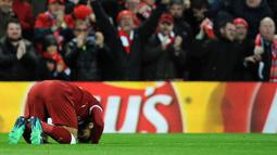 Pemain Liverpool, Mohamed Salah sujud syukur usai mencetak gol ke gawang AS Roma pada semifinal Liga Champions di Stadion Anfield, Liverpool, Inggris, Selasa (24/4). Liverpool menang 5-2 atas AS Roma. (AP Photo/Rui Vieira)