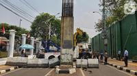 Petugas memasang road barrier beton di sekitar Gedung DPR RI, Jakarta, Kamis (17/10/2019). Polisi kembali menutup sejumlah ruas jalan menuju kawasan Gedung DPR RI guna menjaga kondusifitas jelang pelantikan Presiden dan Wakil Presiden terpilih. (Liputan6.com/JohanTallo)