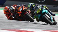 Momen Dani Pedrosa dan Valentino Rossi di balapan MotoGP Styria beberapa waktu lalu. (JOE KLAMAR / AFP)