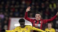 Penyerang Arsenal, Bukayo Saka menggiring bola dari kawalan pemain Bournemouth, Harry Wilson pada pertandingan putaran keempat Piala FA di Stadion Vitalitas di Bournemouth, Inggris (27/1/2020).  Arsenal menang tipis 2-1 atas Bournemouth. (John Walton/PA via AP)
