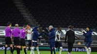 Jose Mourinho (tengah) memberikan selamat kepada para pemain Tottenham Hospur usai mengalahkan Brentford dengan skor 2-0 di semifinal Carabao Cup, Rabu (06/01/2021) dini hari WIB. (AFP)