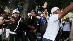 Polisi Militer Angkatan Laut menangkap seorang pria yang diduga provokator dalam aksi damai 2 Desember di kawasan Monas, Jakarta, Jumat (2/12). Pria ini sempat dipukuli hingga mengalami luka di bagian kepala. (Liputan6.com/Gempur M Surya)