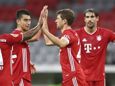 Pemain Bayern Munchen merayakan gol yang dicetak Thomas Mueller ke gawang Duren Merzenich pada laga DFB Pokal di Stadion Allianz Arena, Jumat (16/10/2020) dini hari WIB. Bayern Munchen menang 3-0 atas Duren Merzenich. (AP Photo/Matthias Schrader)