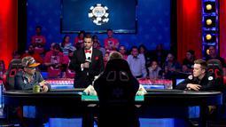 Qui Nguyen dan  Gordon Vayo terlihat serius saat bertanding di final Kompetisi Poker Dunia di Las Vegas, AS (2/11). Nguyen berhasil memenangkan hadiah sepesar 8 juta dollar AS. (REUTERS/Las Vegas Sun/Steve Marcus)
