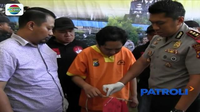 Seorang kepala rumah tangga di Lamongan, Jawa Timur, tega menyetrum istri dan anaknya yang masih remaja jika mereka dinilai telah melakukan kesalahan.