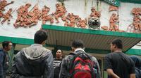 Peserta wisata sejarah dari Komunitas Aleut menyimak pemaparan dari pemandu di Stadion Siliwangi, Kota Bandung, Minggu (17/3/2019). (Huyogo Simbolon)