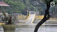 Pihak PPK Kemayoran memeriksa jembatan ambruk di Hutan Kota Kemayoran, Jakarta, Minggu (22/12/2019). Sebelumnya jembatan yang berfungsi sebagai viewing deck ini merupakan salah satu fasilitas hutan kota yang baru diresmikan pihak Pusat PPK Kemayoran pada (21/12/2019). (Merdeka.com/Iqbal S. Nugroho)