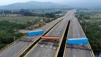 Kontainer dan tanker memblokade jalan bagi masuknya bantuan kemanusian ke Venezuela via Kolombia (AFP Photo)