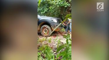 Dua anggota Polres Parigi Moutong dan Polda Sulawesi Tengah ditembak orang tak dikenal. Penembakan terjadi saat anggota tengah mengevakuasi korban mutilasi di kawasan Desa Salubanga, Kecamatan Sausu, Parigi Moutong.