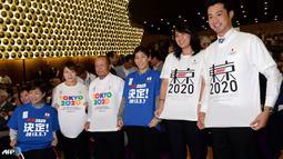 Tulisan 'Tokyo 2020' langsung di kenakan atlet Jepang selama acara live streaming di Tokyo. Tokyo menyisihkan Istambul dan Madrid. (AFP/Toshifumi Kitamura/wwn)