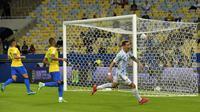 Angel Di Maria melakukan selebrasi setelah mencetak gol pertama timnya ketika pertandingan Final CONMEBOL Copa America 2021 antara Argentina melawan Brasil yang berlangsung di Stadion Maracana, Rio de Janeiro pada Sabtu (10/07/2021). (AFP/Nelson Almeida)