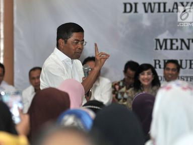 Mensos Idrus Marham menyapa warga saat bertemu dengan penerima Program Keluarga Harapan (PKH) di GOR Sunter, Jakarta, Rabu (11/7). Idrus membahas penyelewengan dana bantuan sosial PKH yang terjadi di Sunter Jaya. (Merdeka.com/Iqbal Nugroho)