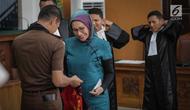 Terdakwa kasus dugaan penyebaran berita bohong, Ratna Sarumpaet memakai rompi tahanan saat sidang lanjutan di PN Jakarta Selatan, Selasa (19/3). Sidang Ratna Sarumpaet mengagendakan pembacaan putusan sela. (Liputan6.com/Faizal Fanani)