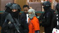 Terdakwa kasus bom Thamrin, Aman Abdurrahman dengan kawalan ketat polisi bersenjata seusai sidang lanjutan di PN Jakarta Selatan, Jumat (25/5). Pada sidang pekan lalu,  JPU menuntut Aman Abdurrahman tuntutan mati. (Liputan6.com/Immanuel Antonius)