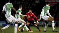 Para pemain Yeovil Town berusaha mengadang laju pemain Manchester United, Alexis Sanchez pada babak keempat Piala FA di Huish Park, Yeovil, (26/1/ 2018). Setan Merah menang 4-0. (Nick Potts/PA via AP)