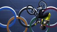 Logan Martin dari Australia beraksi di depan logo Olimpiade dalam final gaya bebas BMX putra pada Olimpiade Musim Panas 2020 di Tokyo (1/8/2021). Logo berbentuk lima buah cincin berbeda warna itu melambangkan hubungan antara lima benua dan pertemuan atlet dari seluruh dunia. (AP Photo/Ben Curtis)