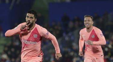 Striker Barcelona, Luis Suarez, melakukan selebrasi usai mencetak gol ke gawang Getafe pada laga La Liga di Stadion Alfonso Perez, Minggu (6/1). Barcelona menang 2-1 atas Getafe. (AP/Manu Fernandez)