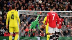 Pada menit ke-16 aksi gemilang David De Gea yang terbang menepis bola hasil sepakan terukur Paco Alcacer sukses mementahkan peluang emas Villarreal. (AFP/Anthony Devlin)