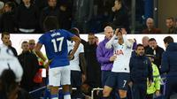 Pemain Tottenham Hotsput, Son Heung-min, menangis sambil memegangi kepala setelah melihat pemain Everton, Andre Gomes, cedera parah akibat tekelnya, pada laga di Goodison Park, Minggu (3/11/2019). (AFP/Oli Scarff)