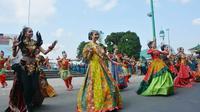 Model cantik berbusana batik tampil bersama dengan penari tradisional Banyumas dalam kirab batik Banyumasan, 2 September 2019. (Foto: Liputan6.com/Muhamad Ridlo)