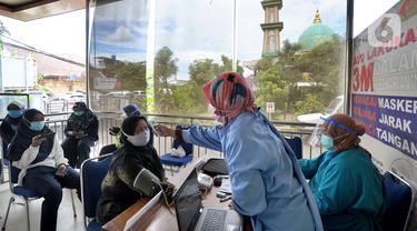 Tenaga Kesehatan Lansia Terima Vaksin di Puskesmas