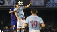 Bek Barcelona, Yerry Mina, duel udara dengan pemain Celta Vigo, Maxi Gomez, pada laga La Liga di Stadion Balaidos, Rabu (18/4/2018). Celta Vigo bermain imbang 2-2 dengan Barcelona. (AP/Lalo R. Villar)