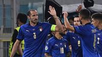 Bek Italia, Giorgio Chiellini (kiri) merayakan gol ke gawang Swiss yang akhirnya dianulir karena handsball dalam laga Grup A Euro 2020 di Olimpico Stadium, Roma, Kamis (17/6/2021) dini hari WIB. (Foto: AP/Pool/Andreas Solaro)