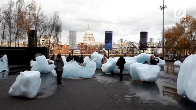 Seniman Olafur Eliasson memperlihatkan realita perubahan iklim melalui instalasi seni Ice Watch. Karya seni ini dipertunjukkan di luar Museum Tate Modern, London.